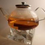 Für einen Zimt-Tee übergiesst man 2 Stangen Zimt mit einem Liter Wasser und lässt das Ganze 5 bis 10 Minuten ziehen. Schmeckt sehr lecker, durchwärmt den ganzen Körper und lindert leichte Magen-Darm-Beschwerden.